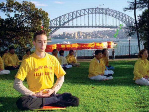 Học viên Pháp Luân Công thiền định trong một buổi lễ ở Sydney để kỷ niệm năm thứ 9 Pháp Luân Công được giới thiệu ra công chúng.