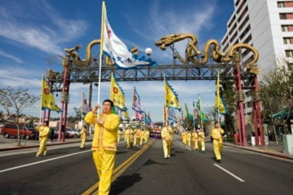 Vẻ đẹp sự bền bỉ của Pháp Luân Đại Pháp được mô tả trong buổi diễu hành qua khu phố Tàu ở Los Angeles.