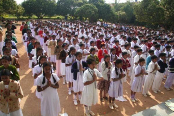 Các học sinh ở Bengalaru (Bangalore), Ấn độ, tập bài công pháp thứ nhất của Pháp Luân Công.