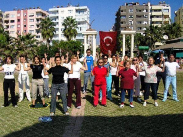 Các học viên Pháp Luân Công tại Thổ nhĩ kỳ tập hợp tại một công viên để tập các bài Công pháp