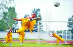 Sư Thiếu Lâm tung chưởng đá bóng
