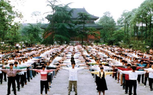 """Học viên Pháp Luân Công ở Thành Đô, Trung Quốc tập bộ Công pháp thứ nhất """"Phật triển thiên thủ pháp"""""""