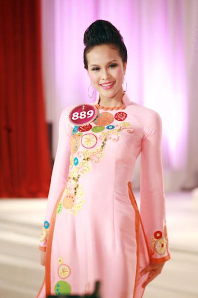 Người đẹp Áo dài Phạm Thị Thùy Linh tự hào về quốc phục
