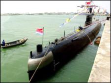 Tàu ngầm TQ cắm cờ ở đáy Biển Đông