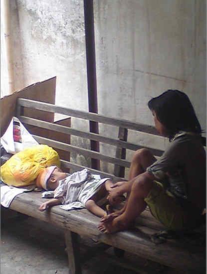 Trung Quốc: mẹ thần kinh nhặt thức ăn thừa nuôi con