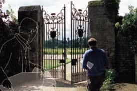 Bức ảnh 2: Theo quan điểm của ông Deutsch, mỗi sự lựa chọn mà chúng ta từng có trong cuộc sống, bao gồm cả việc đi bộ qua một cánh cổng hay là đi xuyên qua nó, được thực hiện bởi ít nhất một 'cái bóng' của chúng ta trong 'đa vũ trụ' lượng tử.