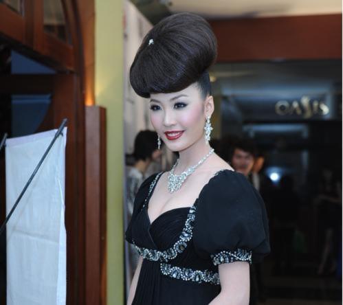 Thùy Trang gây sốc với tóc 'khủng'