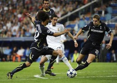 Tottenham (áo đen) đang cần một phép lạ để vượt qua Real.