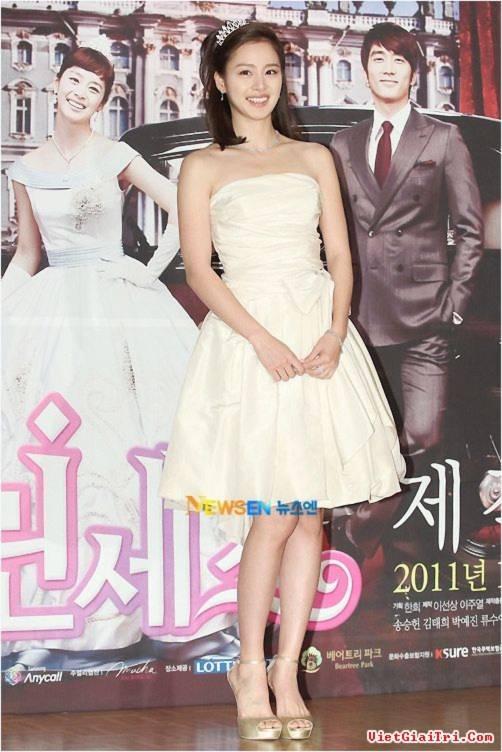 """Những style dự tiệc hút mắt của """"Công chúa"""" Kim Tae Hee"""