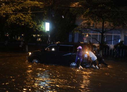 """Hà Nội: Phố Ngọc Khánh thành """"sông"""" trong đêm"""