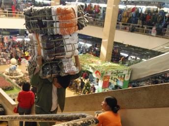 Một góc chợ Đồng Xuân, Hà Nội, ngày 21/12/2012 REUTERS