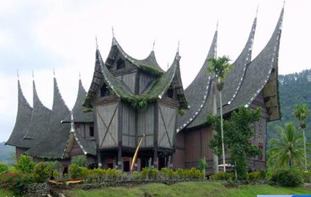 Theo các nhà khoa học, hậu duệ của Hai Bà Trưng hiện nay là tộc người Minangkabau, đang sống ở Tây đảo Sumatra. Những ngôi nhà có mái cong vút hình chim Lạc và họ của họ là Turun Nyi, hơi giống hai tên Trưng Trắc, Trưng Nhị.
