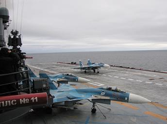 Phi cơ Sukhoi trên hàng không mẫu hạm Kuznetsov. Việt Nam muốn mua chiến đấu cơ Sukhoi cũng như tàu ngầm hạng Kilo của Nga (Reuters)