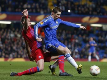Cầu thủ Fernando Torres của đội Chelsea (phải) trong một pha tranh bóng với Lukasz Szukala, đội Steaua Bucharest trên sân Stamford Bridge, Luân Đôn ngày 14/03/2013. REUTERS/Andrew Winning