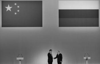 Lãnh đạo Trung Quốc Tập Cận Bình (trái) được chào đón bởi Tổng thống Nga Vladimir Putin (phải) trong chuyến thăm Nga mới đây. Trước khi thăm châu Phi, Tập đến Nga để thể hiện sự đoàn kết với Nga. (Sergei Ilnitsky/AFP/Getty Images)