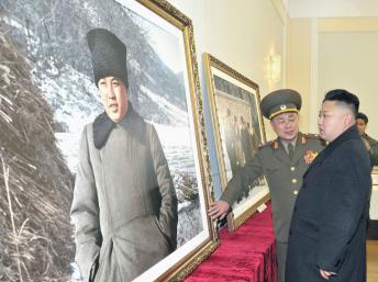 Lãnh đạo Bình Nhưỡng Kim Jong-un trước ảnh ông nội Kim Il-sung, người sáng lập chế độ Bắc Triều Tiên. REUTERS/KCNA