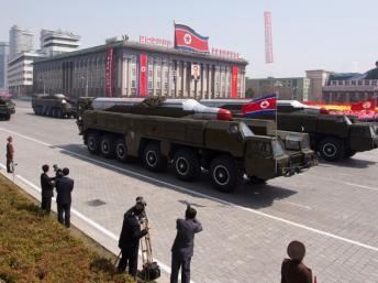 Hỏa tiễn Musudan trong cuộc diễu binh tại Bình Nhưỡng. Hai quả đạn như vậy đã được triển khai ở bờ đông của Bắc Triều Tiên. AFP PHOTO / FILES / Ed Jones
