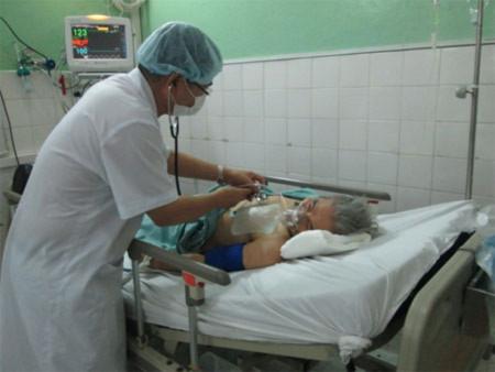 Một trong ba bệnh nhân đang được cấp cứu