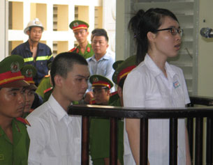 Nguyễn Phương Uyên và Nguyễn Đình Kha tại phiên tòa sơ thẩm Tòa Án Long An hôm 16/5/2013 AFP photo