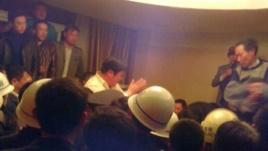 Bí thư đảng ủy đảng Cộng sản khu công nghiệp Tân Giang Trương Ái Hoa quỳ xuống xin lỗi người dân.