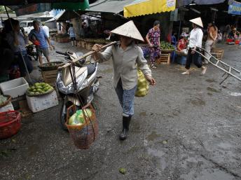 Chợ Long Biên Hà Nội : Từ rau quả đến cá tầm, nông sản và thực phẩm Trung Quốc tràn vào Việt Nam (REUTERS /Kham)