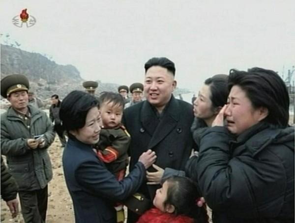 Vợ các của các binh sĩ trên đảo Jangjae không cầm được nước mắt khi được trực tiếp gặp mặt nhà lãnh đạo.