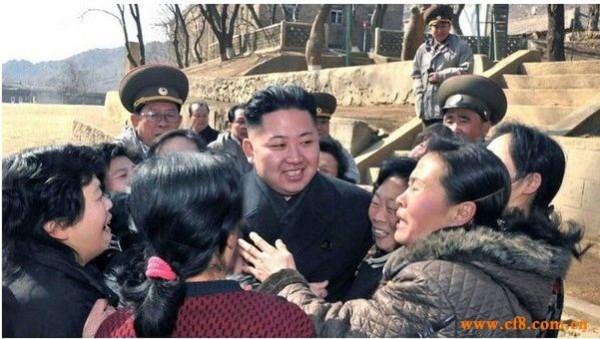 Những phụ nữ trung tuổi này khóc như mưa khi được ông Kim Jong Un thăm hỏi
