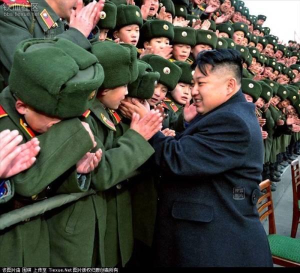 Quân nhân tưởng chừng là những người cứng rắn, nhưng khi gặp mặt nhà lãnh đạo tối cao của Triều Tiên, họ cũng không cầm được nước mắt