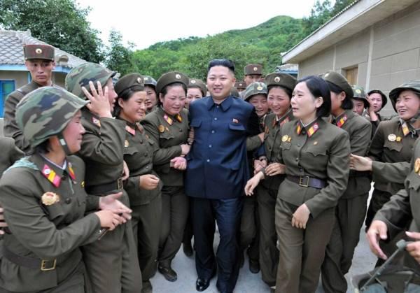 Các nữ quân nhân thuộc Đại đội Cây Hồng, đoàn 4302 quân đội Triều Tiên nức nở khi được nguyên soái Kim Jong Un đến thăm