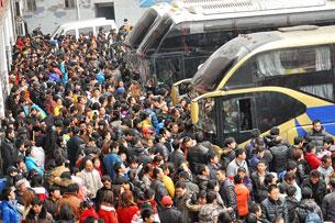Công nhân Trung Quốc giờ cao điểm tại bến xe đường dài trong Yunyang quận, Trùng Khánh, Trung Quốc, ngày 17 tháng 2 2013. AFP