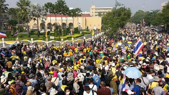 Đám đông tại trụ sở chính phủ sáng 9/12/2013. Ả: Bangkok post