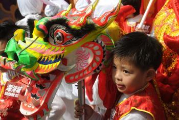Một chú bé đang cầm đầu rồng, một loài vật linh thiêng trong văn hóa Trung Quốc, trong dịp Năm Mới tại một trung tâm mua sắm ở Hongkong (Mike Clarke/AFP/Getty Images)