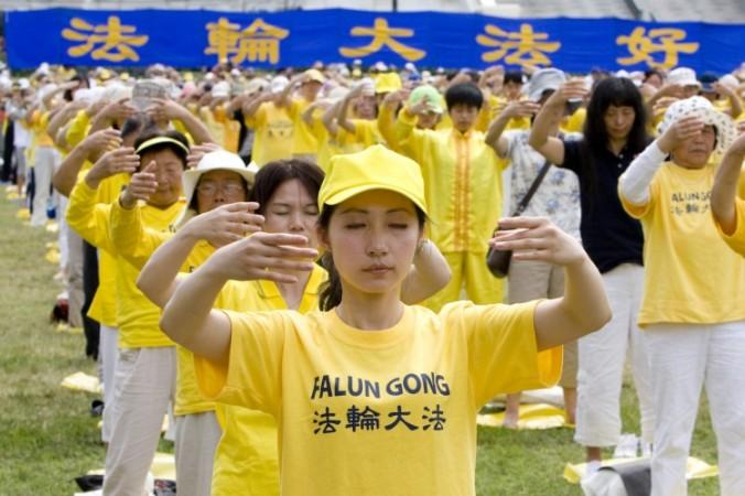 Hàng trăm học viên Pháp Luân Công thực hành các bài tập trên bãi cỏ lớn phía trước Tòa nhà quốc hội Mỹ vào ngày 12 tháng 7 trước một cuộc mít tinh lớn nêu lên vấn đề đàn áp Pháp Luân Công ở Trung Quốc. (Ma Youzhi / The Epoch Times)