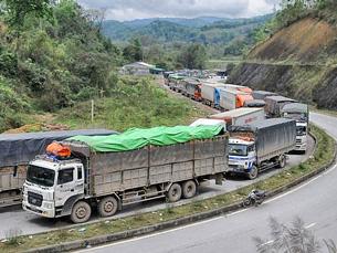 Hình ảnh hơn 2000 chiếc xe tải lớn chở dưa hấu nối đuối nhau gây ách tắc cả tuần qua trên cửa khẩu Tân Thanh Courtesy BizLive