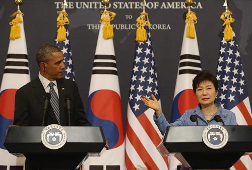 Tổng thống Mỹ, Hàn Quốc trong cuộc họp báo chung hôm qua tại Nhà Xanh, Seoul. Ảnh: Reuters
