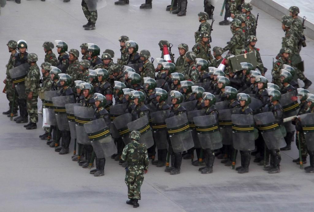 Gần đây tại ba khu vực Hotan , Kashgar, Aksu đã bắt giữ hơn 200 người . Ảnh được chụp vào ngày 23, cảnh sát tuần tra ở các đường phố Urumqi . Ảnh internet