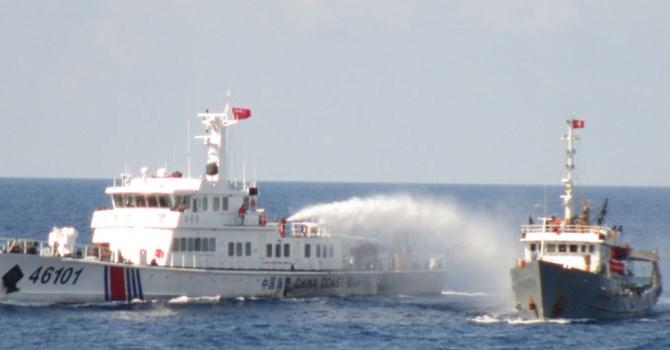 Tàu Trung Quốc phun vòi rồng vào tàu cảnh sát biển Việt Nam