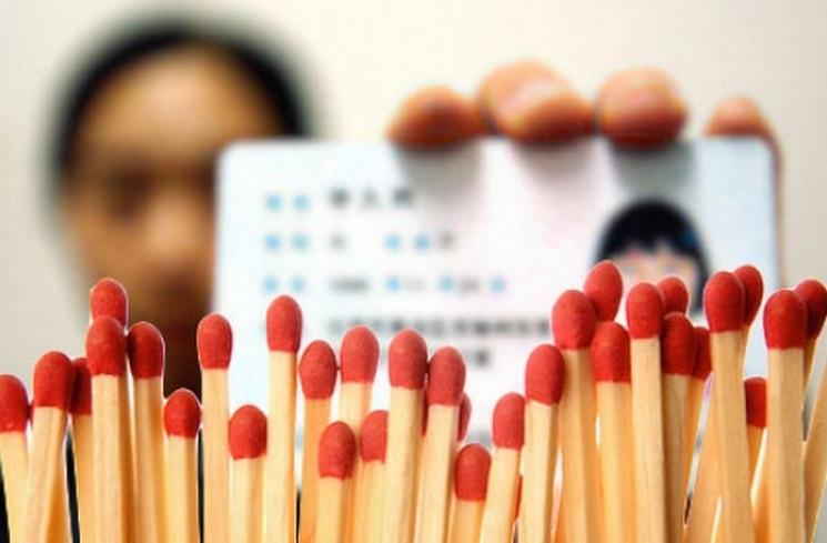 """Tỉnh Liêu Ninh – một tỉnh nằm ở phía Đông Bắc của Trung Quốc – vừa phát động chiến dịch một năm """"hành động đặc biệt chống khủng bố"""" vào ngày 01 tháng 06 và thắt chặt kiểm soát việc mua bán các thành phần có trong thuốc nổ. Nhưng trong số các mặt hàng bị cấm có các mặt hàng phục vụ nhu cầu thiết yếu hàng ngày như diêm và bật lửa. (Screenshot via secretchina.com)"""
