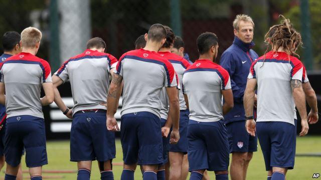 Huấn luyện viên Jurgen Klinsmann cùng với đội tuyển Hoa Kỳ tại một buổi tập ở Sao Paulo, Brazil, ngày 19/6/2014.