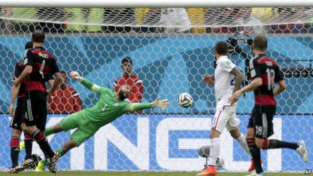 Thủ thành Tim Howard của đội Mỹ không ngăn được cú đá của Thomas Mueller, ghi bàn thắng cho đội Đức trong trận đấu ở Recife, Brazil, 26/6/14