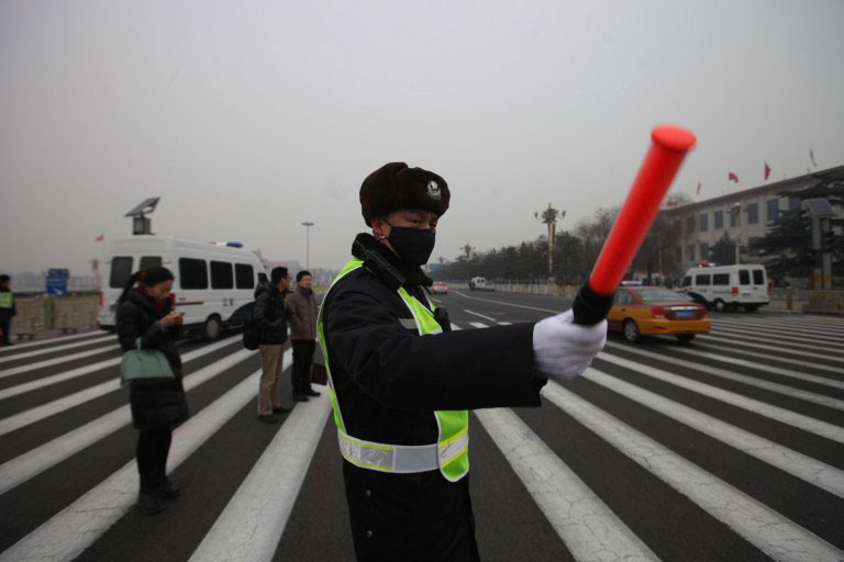 Một cảnh sát Trung Quốc đang làm nhiệm vụ. Trong thập kỷ vừa qua, Trung Quốc có số người chết do tai nạn giao thông hàng năm cao nhất trên thế giới. (Ảnh internet)
