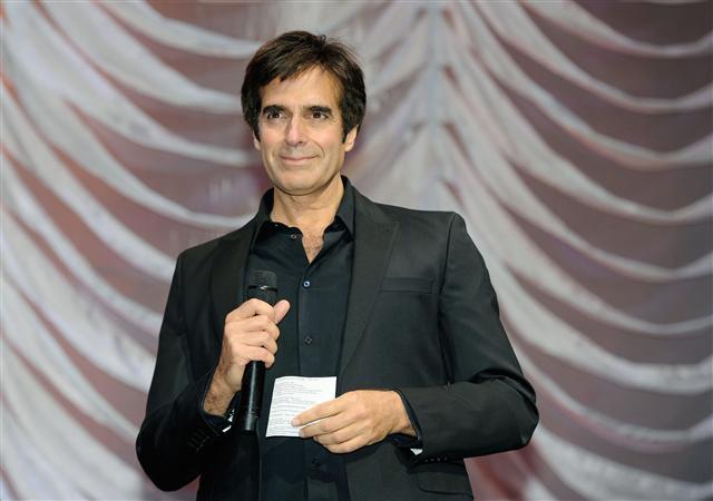 """Ảo thuật gia David Copperfield. Ảnh chụp năm 2012 khi đang phát ngôn về các hoạt động công ích trong chương trình """"Sức mạnh của yêu thương"""".(Getty Images)"""