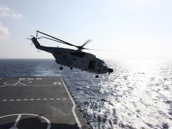 Trực thăng cất cánh từ chiến hạm Trung Quốc ngoài khơi Thanh Đảo - Reuters