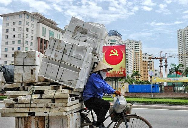 Biểu ngữ đảng được treo mọi nơi, mọi chỗ... Ảnh AFP