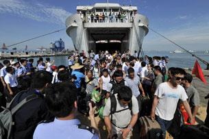 Hàng ngàn công nhân Trung Quốc được rút ra khỏi cảng Vũng Áng ở Hà Tĩnh, Việt Nam đã về đến cảng Tú Anh ở Hải Khẩu, tỉnh Hải Nam, miền nam Trung Quốc vào ngày 20 tháng 5 năm 2014. AFP PHOTO