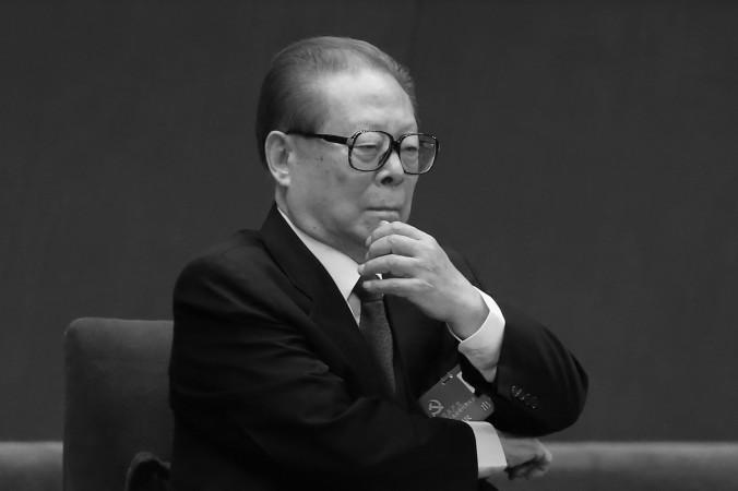 Cựu Lãnh đạo Đảng Cộng sản Trung Quốc Giang Trạch Dân tham dự phiên khai mạc của Đại hội toàn quốc lần thứ 18 tại Đại lễ đường nhân dân vào ngày 8 Tháng Mười Một năm 2012, tại Bắc Kinh, Trung Quốc. Tại Đại hội này, Tập Cận Bình đã được bầu vào vị trí cao nhất trong Đảng, ông là người ra lệnh bắt các thành viên của phe Giang Trạch Dân với cáo buộc tham nhũng trong 19 tháng qua. (Feng Li / Getty Images)