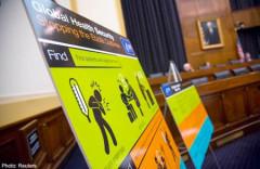 Tài liệu giáo dục của Cơ quan Phòng chống bệnh dịch (CDC) Mỹ được trình chiếu tại một phân ban của Bộ Ngoại giao, về cuộc khủng hoảng bệnh Ebola ở Tây Phi, trên đồi Capitol ở Washington ngày 7/8/ 2014.