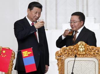 Chủ tịch Trung Quốc (T) và Tổng thống Mông Cổ Tsakhia Elbegdorj (P). Ảnh chụp nhân buổi ký kết các hợp đồng, ngày 21/08/2014, tại Ulan Bator. Reuters