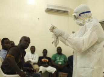Một thành viên tổ chức từ thiện Thiên chúa giáo Samaritan's Purse đào tạo một ê kíp phòng chống dịch do vi rút Ebola tại Liberia REUTERS/Samaritan's Purse