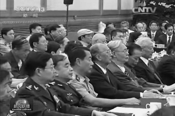 Con trai và con gái của các cựu quan chức Đảng, trong đó có thượng tướng Lưu Nguyên (mặc áo ngắn tay), tham dự lễ mít tinh kỷ niệm 110 năm ngày sinh cố Tổng Bí thư Đặng Tiểu Bình vào ngày 20 tháng 8 vừa qua. Tuy nhiên, một số quan chức cấp cao đã về hưu, như Hồ Cẩm Đào và Giang Trạch Dân, đã vắng mặt trong buổi lễ này. (Ảnh chụp màn hình từ CCTV).